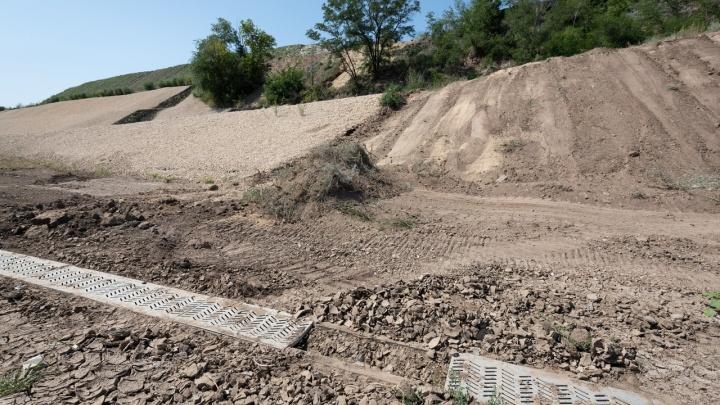 «Это не канализация, а водовод»: в мэрии ищут причину затопления рокадной дороги у «Волгоград Арены»