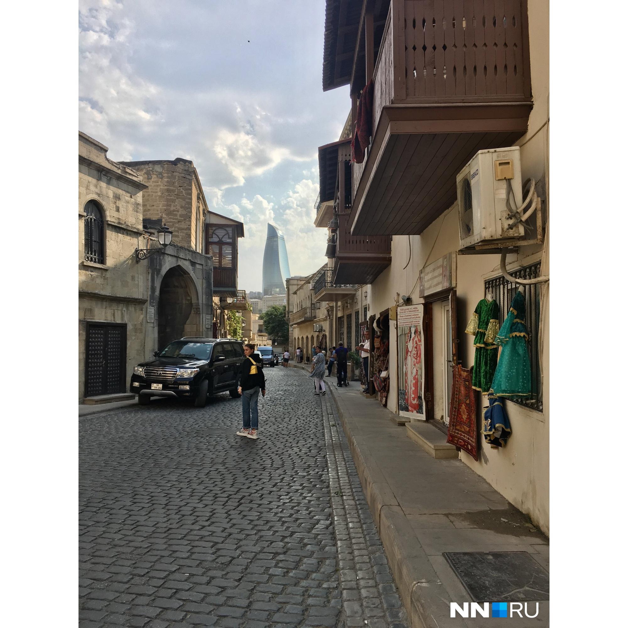 Баку — город контрастов. Старинная архитектура здесь успешно сочетается с высотками из стекла и металла<br>