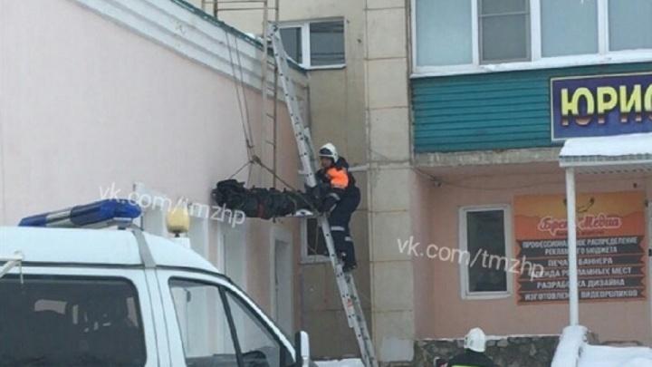 С крыши ЗАГСа в Башкирии сняли погибшего