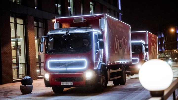 По омским улицам проехали праздничные грузовикиCoca-Cola