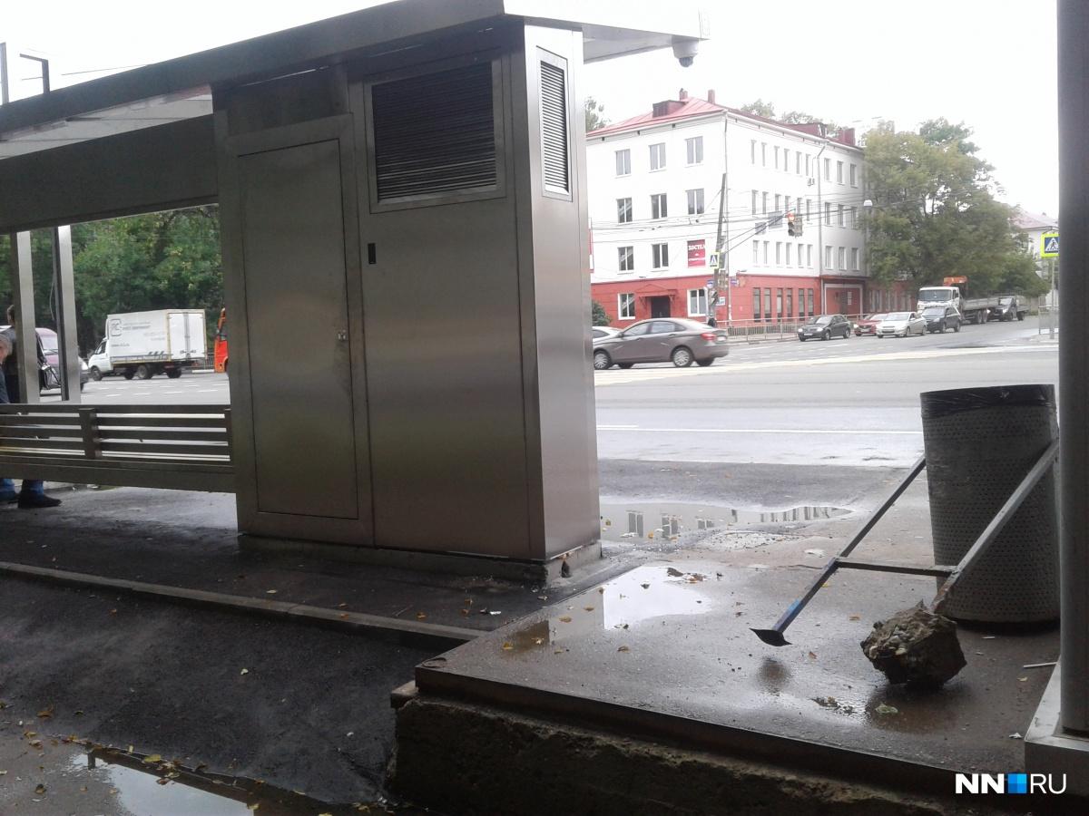 Пока у некоторых остановок стоят только сломанные старые урны