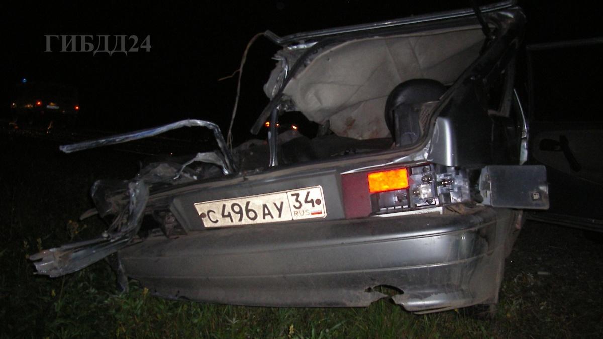 Под Красноярском «Лада» врезалась влося изалетела под фургон, есть жертвы