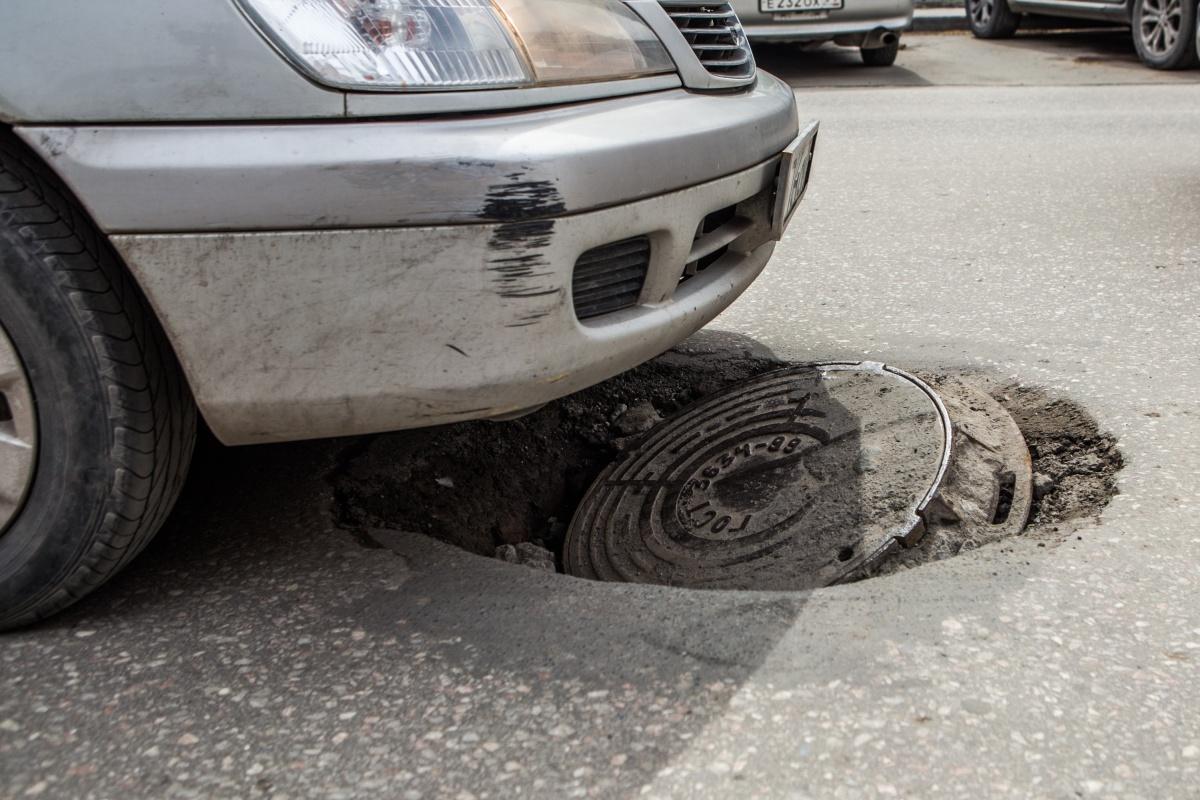 Многие автомобилисты проезжают над провалом