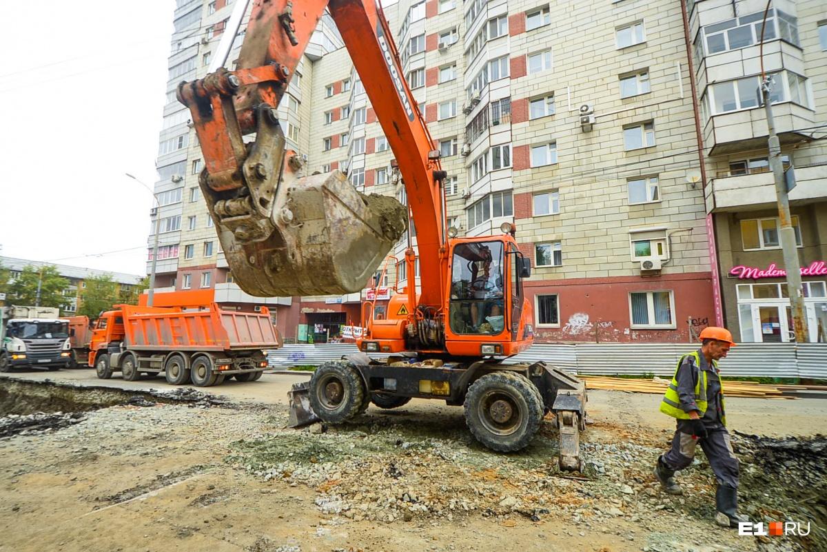 Здесь работает не менее десятка строительных машин разных типов