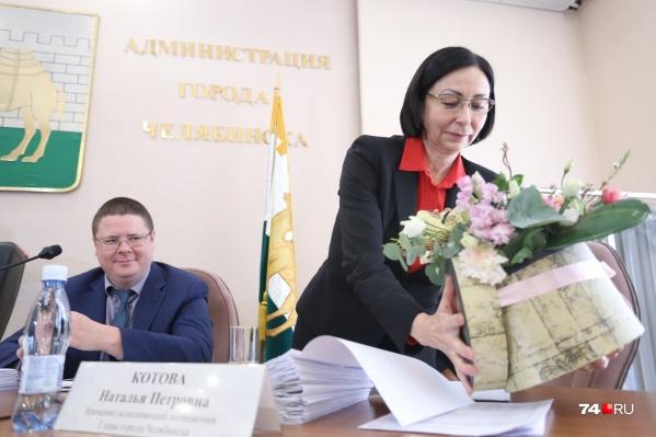 Для Натальи Котовой заранее подготовили не только депутатские голоса, но и букет цветов