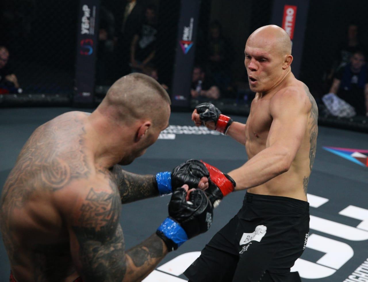 Гуськов попал Калинину в голову коленом и несколько раз руками