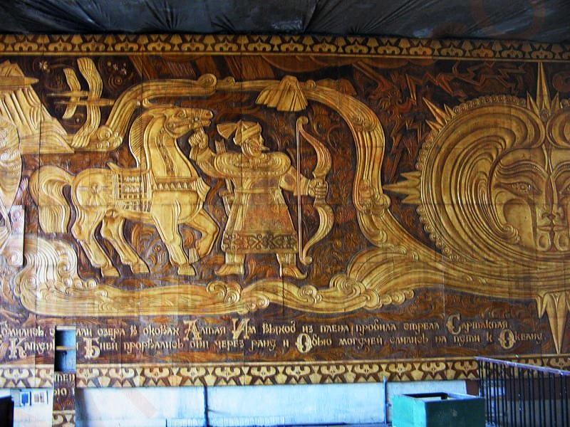 Панно размером 15 на 4 метра было изготовлено художником Владимиром Соколом в 1976 году