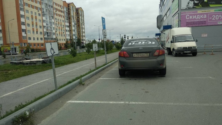 «Я паркуюсь, как...»: тюменский таксист, занявший два места для инвалидов, и джип на перекрестке