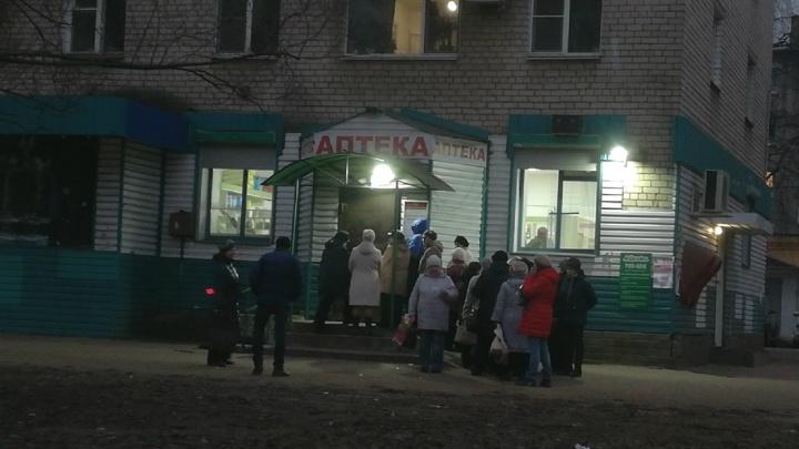 Люди боятся и ждут на морозе: ярославцы выстроились в очередь за льготными лекарствами