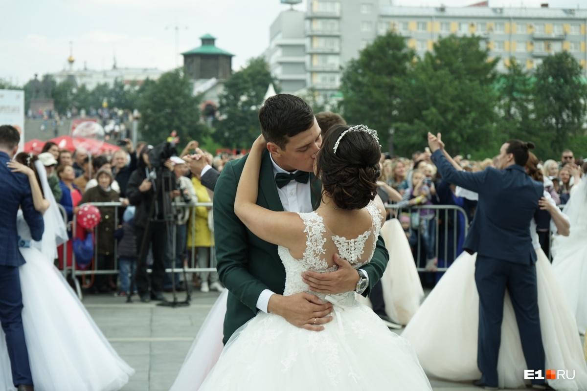 От рассвета до салюта: большой фоторепортаж с улиц праздничного Екатеринбурга