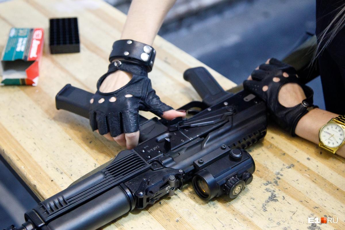 С оружием девушка обращается уверенно. Стрельба ей явно доставила удовольствие.