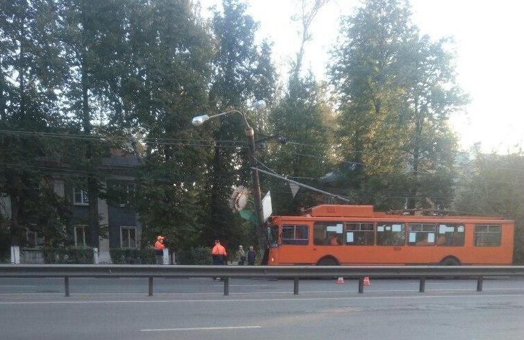 Троллейбус влетел вфонарный столб вМосковском районе
