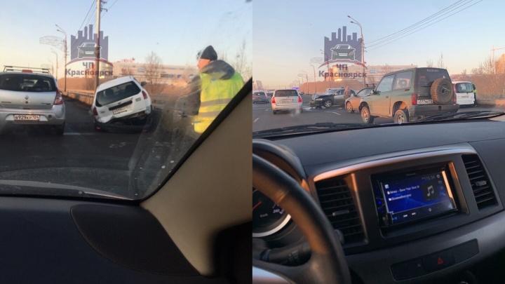 Две аварии поставили в пробку Октябрьский мост и Предмостную площадь