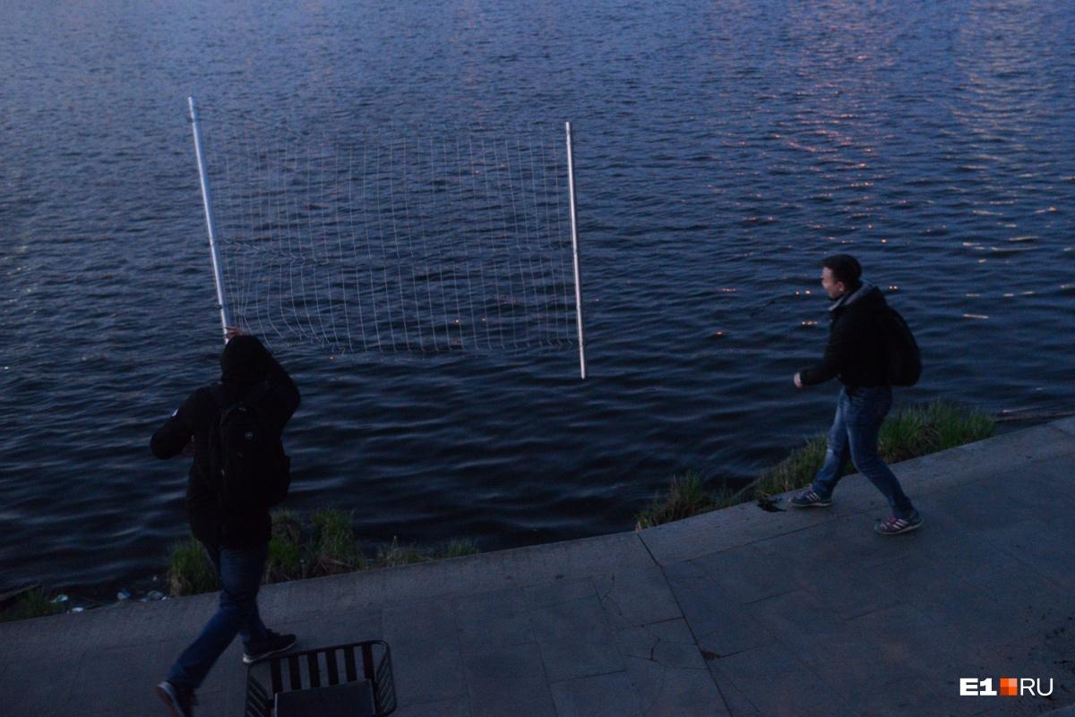 Оторванные секции несколько раз кидали в реку