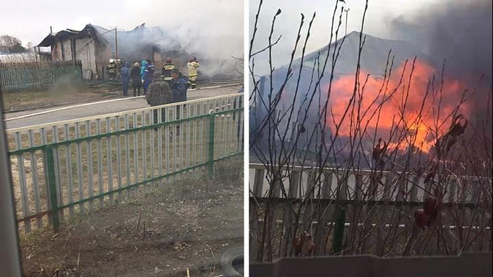 В селе Ембаево сгорели частный дом, гараж и баня. В огне погибла пожилая женщина