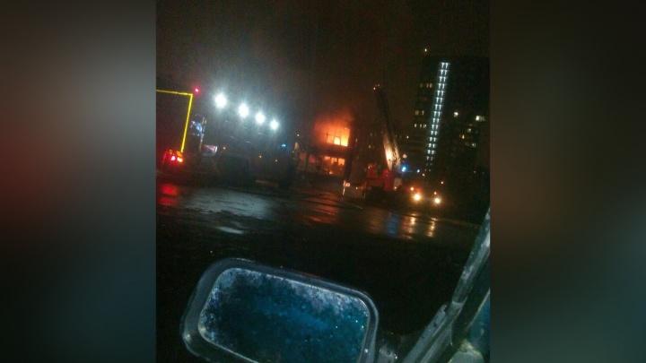 В Перми сгорел торговый павильон возле Центрального рынка