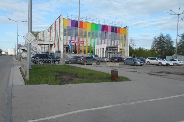 Так выглядела площадь перед кинотеатром«Искра» 17 мая около 19:00: в то время, когда ЛГБТ-сообщество планировало провести акцию