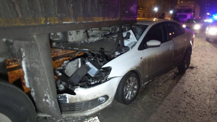 «В салоне лежала недопитая бутылка водки»: на Эльмаше пьяный водитель наVolkswagen залетел под фуру