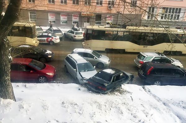 Авария произошла на Серебренниковской недалеко от перекрёстка с улицей Сибревкома