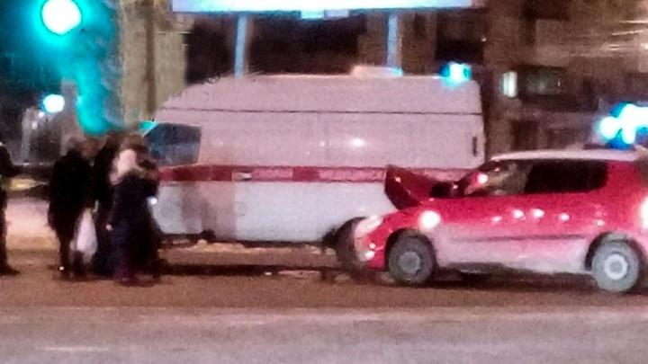 «Везли пациента с инсультом»: легковушка протаранила карету скорой в центре Челябинска
