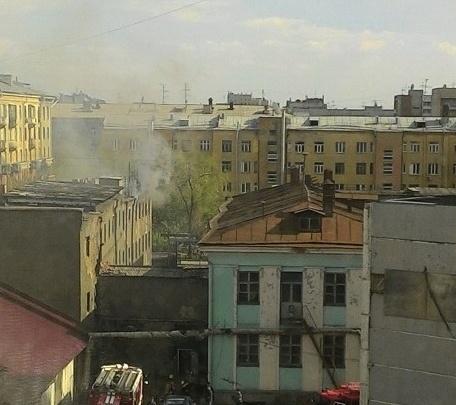 Пожарные отправились тушить огонь на проспекте Димитрова
