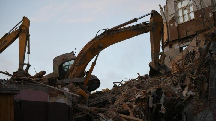 Во время сноса здания на Нагорной перевернулся экскаватор