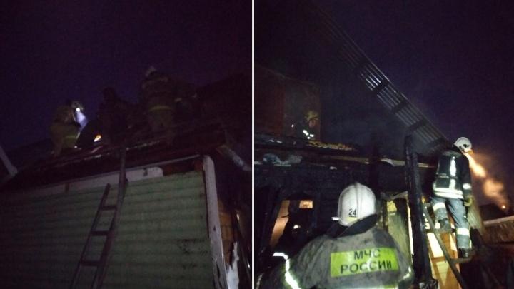 Омские пожарные спасли семилетнего мальчика из горящего дома