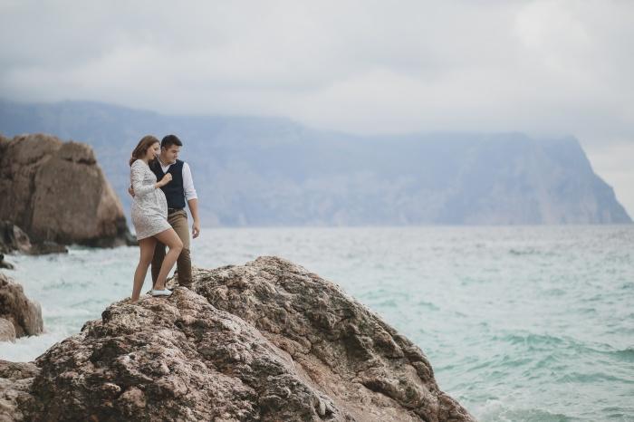 Антон с супругой Анастасией в одном из живописных мест Крыма