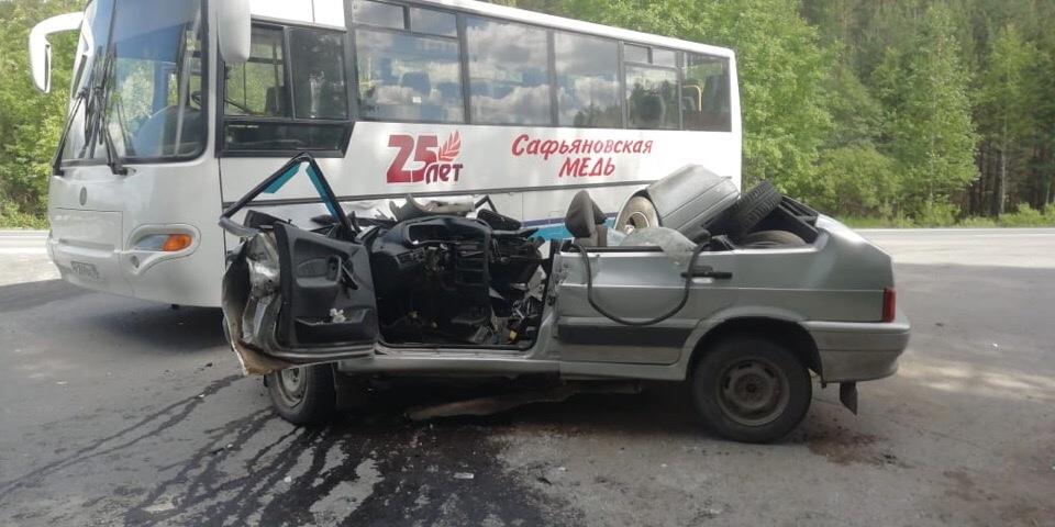 На трассе Реж — Алапаевск «четырнадцатая» при обгоне залетела под автобус, ВАЗ полностью смяло