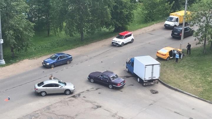 Не уступили дорогу: появилось видео ДТП, где такси врезается в столб