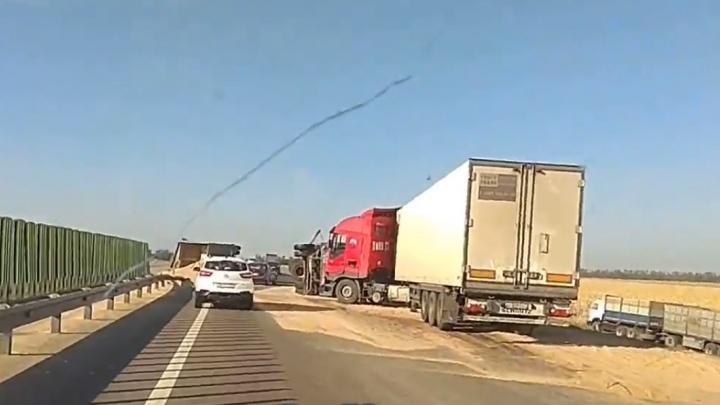 Зерно по асфальту: на трассе Ростов — Краснодар произошло массовое ДТП с участием грузовиков