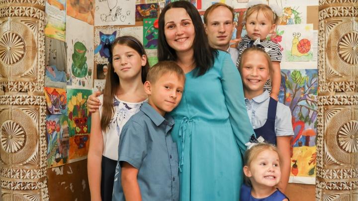 Супруги с 7 детьми из Красноярска стали «Многодетной семьей года» в России