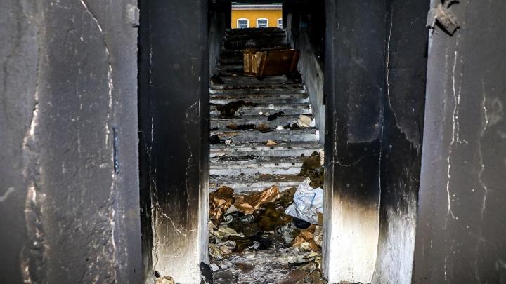 К сгоревшему бомбоубежищу на Стрелке приставили охранника