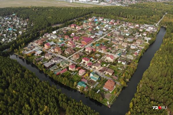 «Петровский остров» со всех сторон окружен водой, словно средневековый замок. Осталось только поселить крокодилов