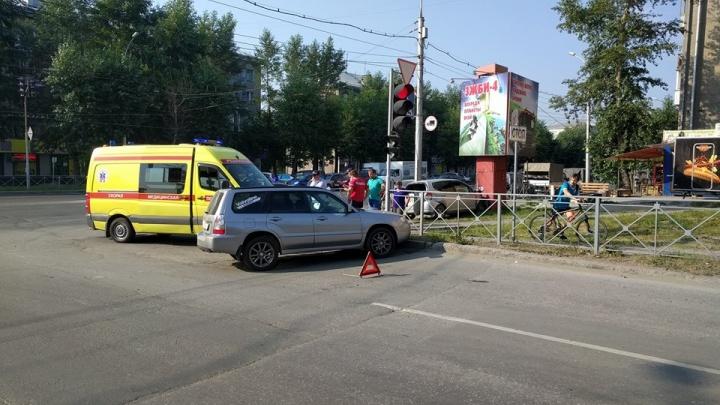 Выехавшая на тротуар машина врезалась в рекламный щит на проспекте Дзержинского