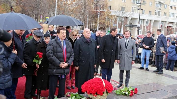 Иосиф Кобзон в Уфе возложил цветы к памятнику Мустаю Кариму