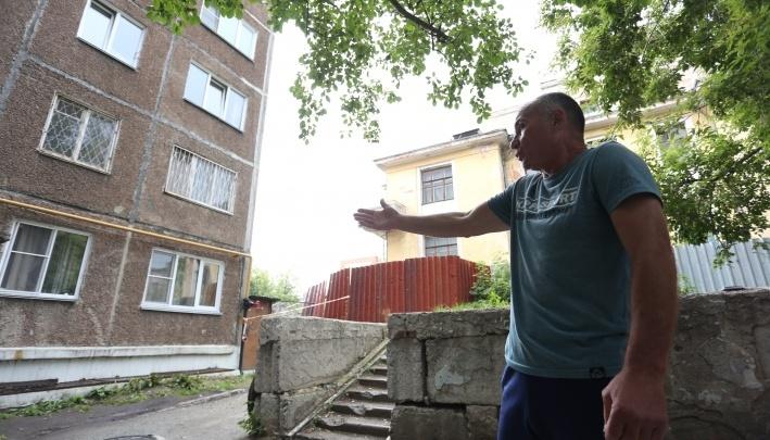 «Устали биться с управляйкой»: жильцы дома с обрушившимся парапетом жаловались на проблемы с крышей