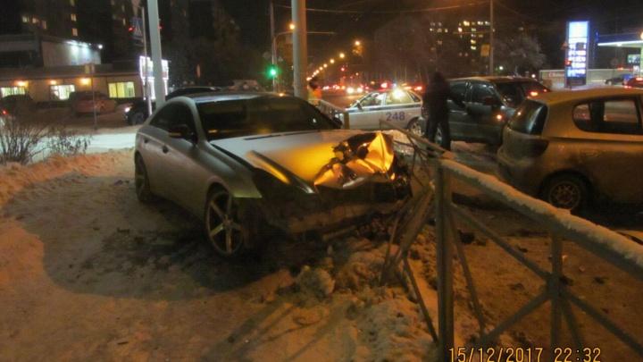 «Мерседес» и «Тойота» попали в ДТП на перекрестке Дуси Ковальчук и Переездной