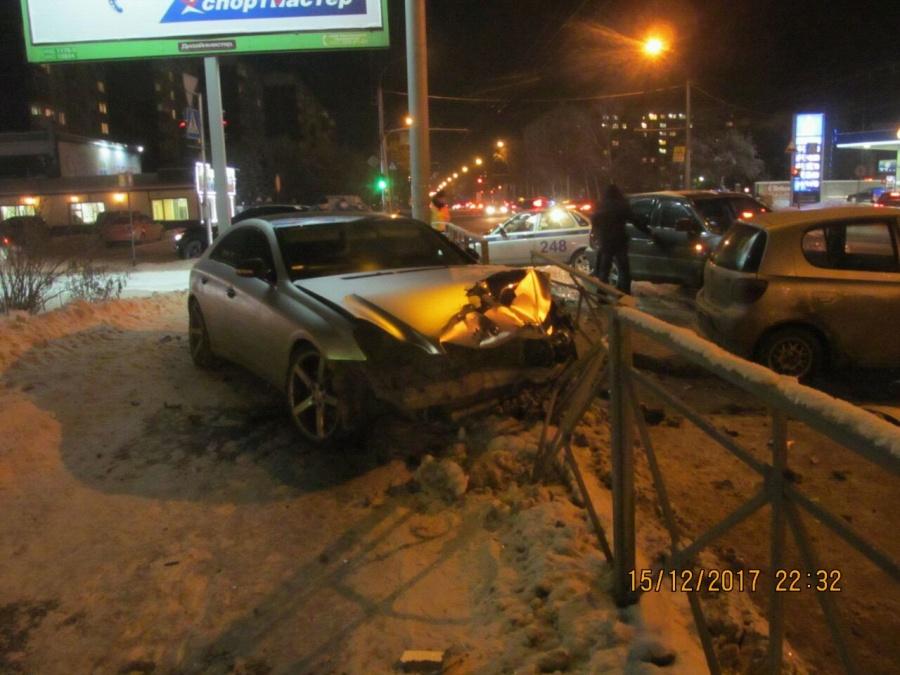 Тойота Vitz снесла роскошный Мерседес Бенс наДуси Ковальчук— имеется пострадавший