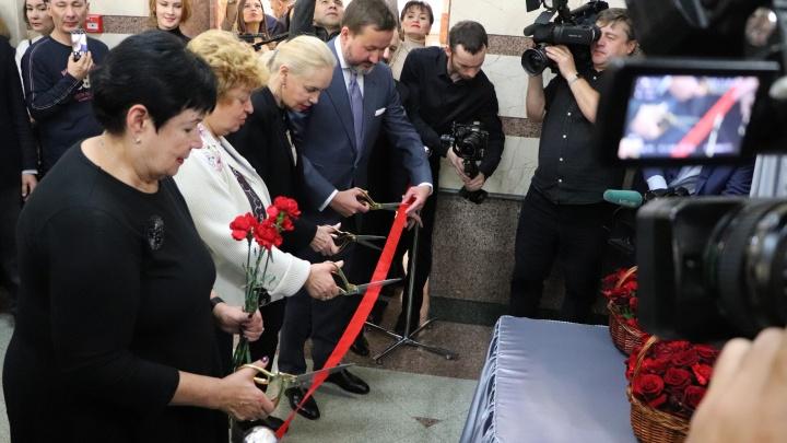 Памятную доску Иосифу Кобзону открыли в Уфе, красную ленточку перерезал внук Мустая Карима