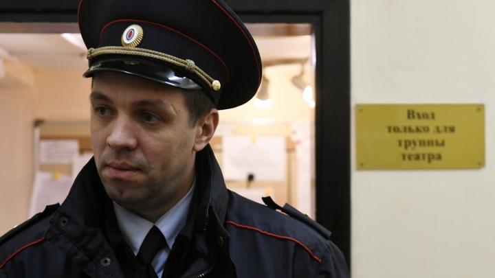 """""""Люди заблокированы и не выходят на связь"""": полиция пришла с обыском в театр Армена Джигарханяна"""