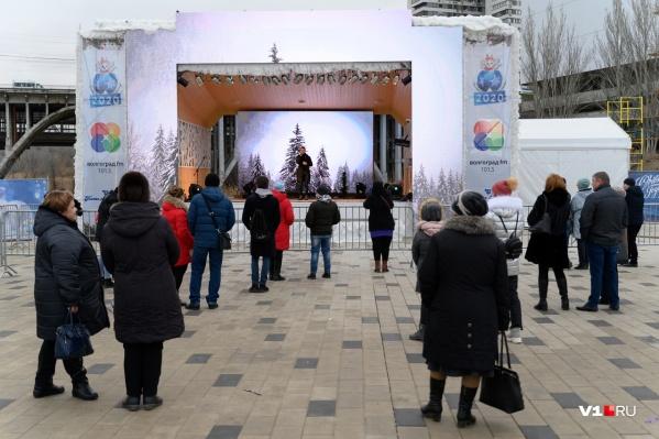 Концерт и шоу-программу пришли посмотреть несколько десятков человек