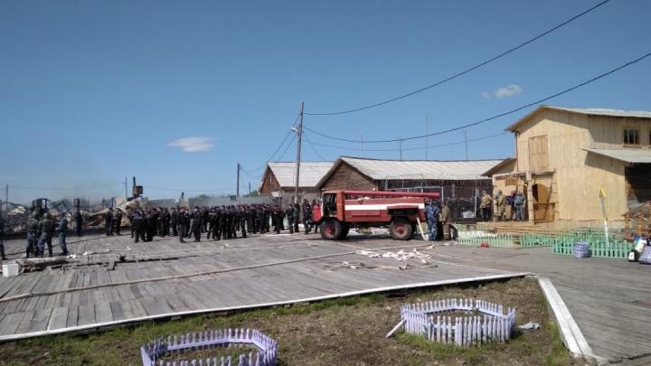 Сбросили с вертолета 70 тонн воды: пожарные потушили горящую колонию в Свердловской области