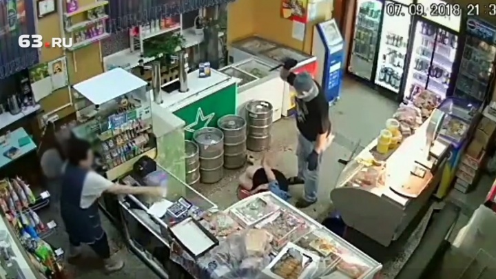 В Самарской области задержали мужчину, который порезал продавщицу и посетительницу магазина на 18 км