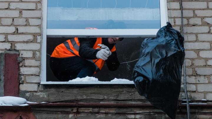 «Выбрасывают мусор через окно». В Перми начали расчищать захламленную квартиру на Крупской. Видео