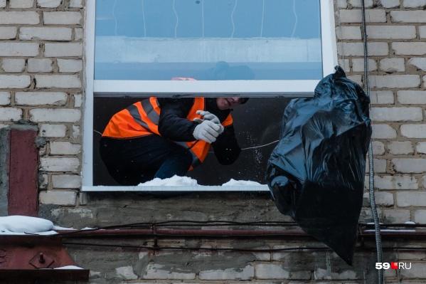 Этот пакет с мусором достали из захламленной квартиры