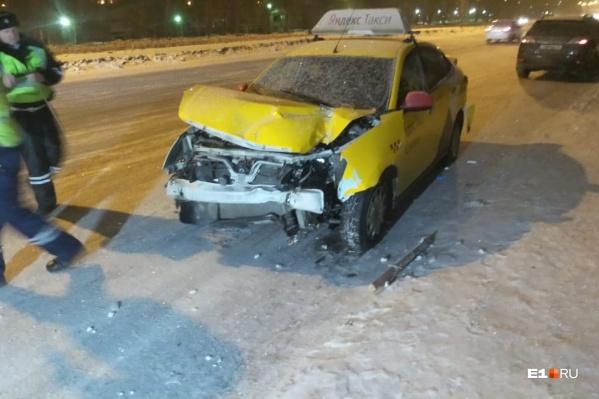 Машина такси получила серьёзные повреждения