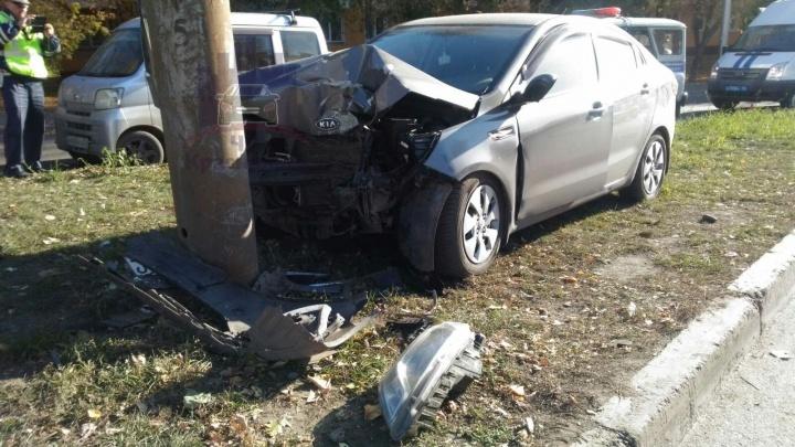 Женщина с ребёнком в машине врезалась в столб и погибла на месте