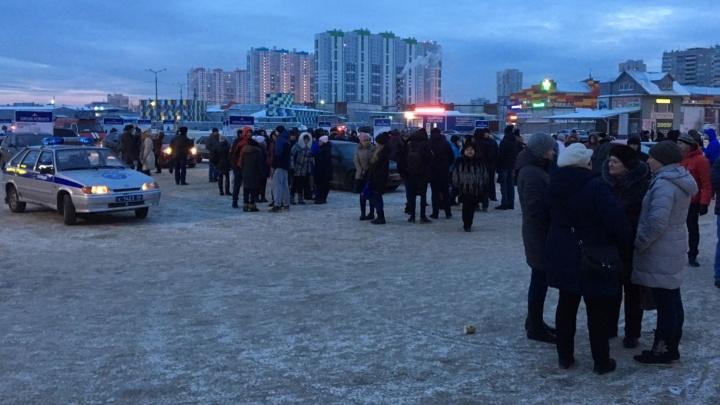 Торговый центр КОР на улице Высоцкого эвакуировали