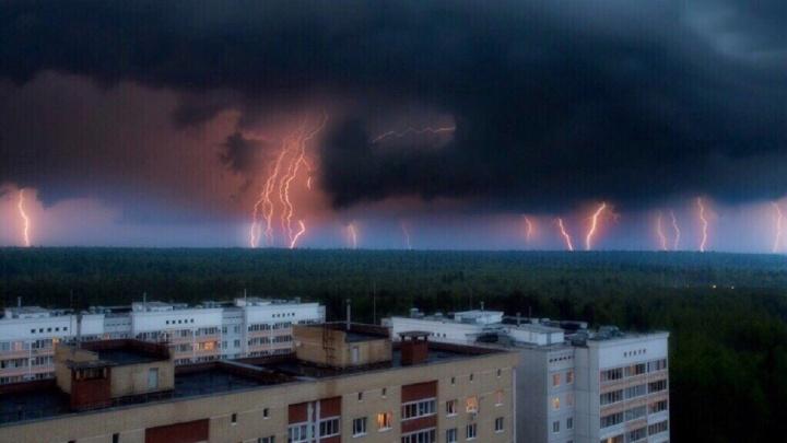 «Можно смотреть бесконечно». Подборка лучших фото и видео самой электроактивной грозы в Прикамье